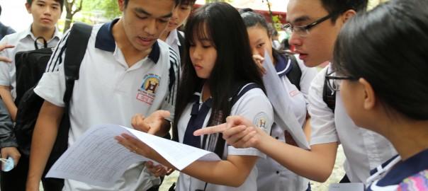 Thí sinh trao Õi vÁ bài thi sau khi thi xong môn toán kó thi THPT quÑc gia 2017, t¡i iÃm thi tr°Ýng THPT Hùng Vuong Q5, TP.HCM. ¢nh: Nh° Hùng.