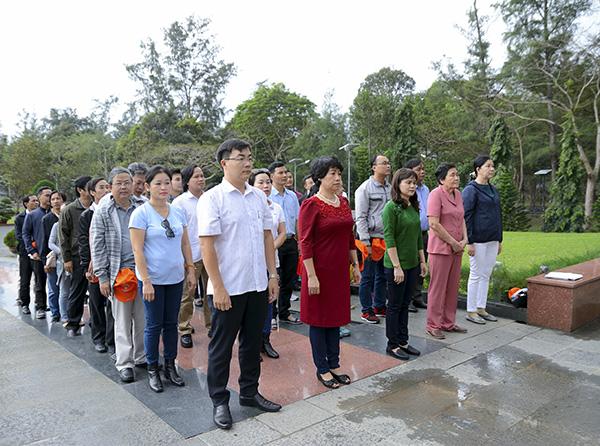 Đoàn thắp hương nghĩa trang Hàng Dương